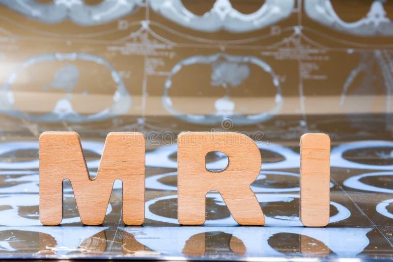 Klinisk kopiering för magnetisk resonans för MRI gillar radiologiteknik i diagnostiskt medicinbegreppsfoto MRI-ord som komponeras arkivbilder