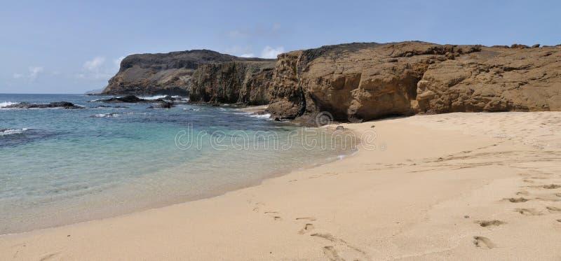 Klip aan strand en duidelijk water royalty-vrije stock afbeelding