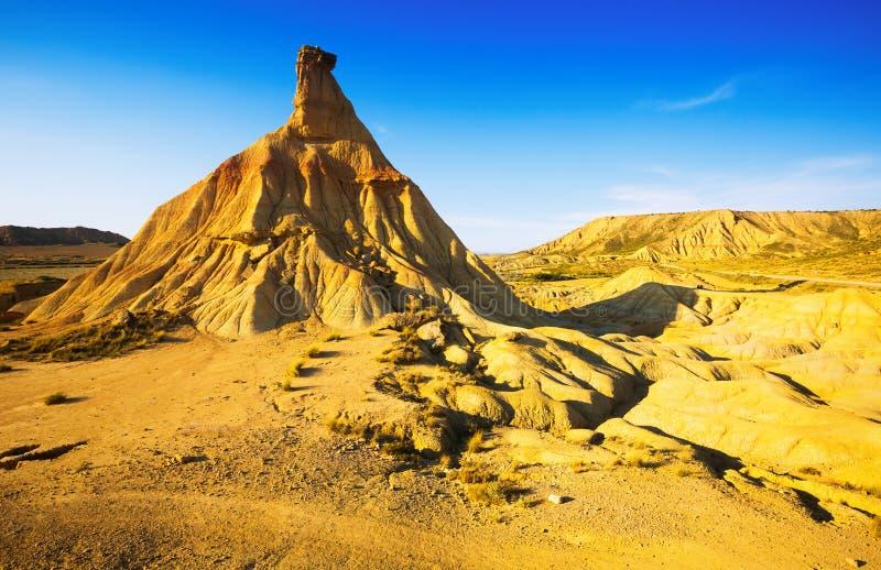 Klip bij landschap van bardenas reales natuurreservaat stock afbeeldingen