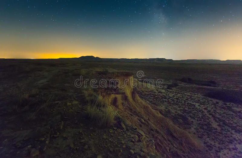 Klip bij semi-desert landschap van Navarra in nacht royalty-vrije stock afbeelding