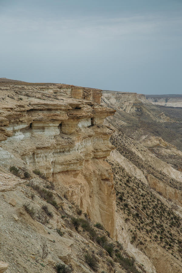 Klip op de rand van het Ustiurt-plateau, Kazachstan stock afbeeldingen