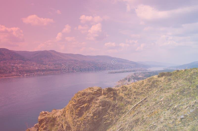 Klip op de Yenisei-Rivier, Krasnoyarsk Rusland - aard en reisachtergrond royalty-vrije stock fotografie