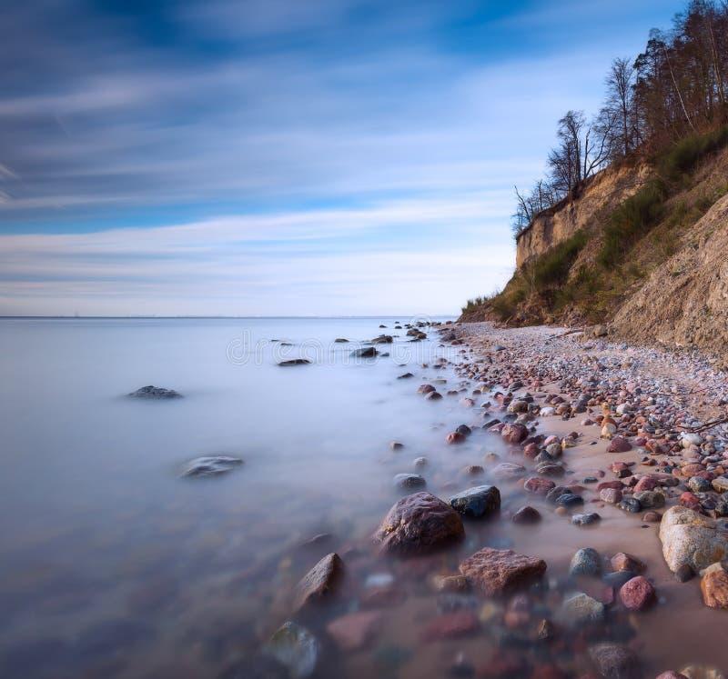 Klip op overzeese kust bij zonsopgang Foto van de Oostzee de lange blootstelling royalty-vrije stock foto