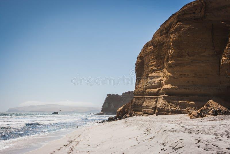 Klip over de Vreedzame Oceaan Paracas, Peru stock fotografie