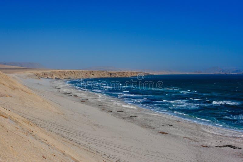Klip over de Vreedzame Oceaan Paracas, Peru royalty-vrije stock foto's