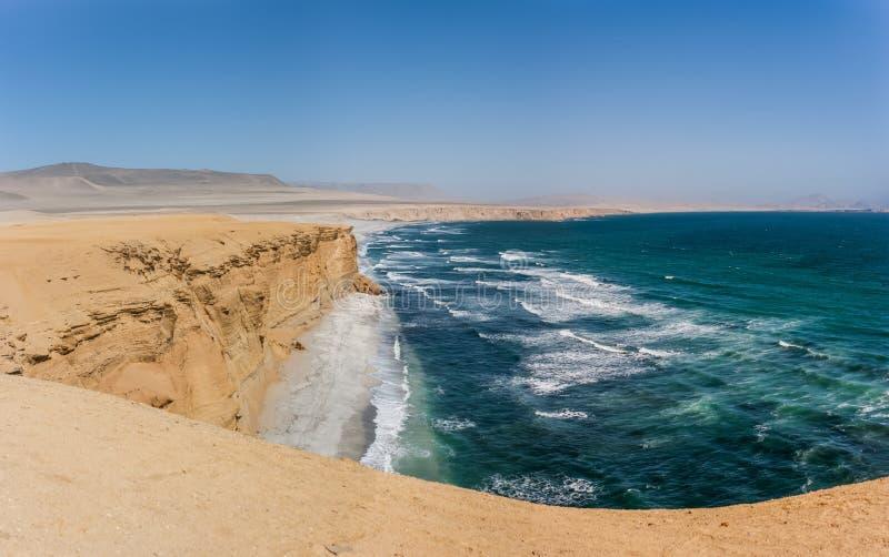 Klip over de Vreedzame Oceaan Paracas, Peru stock afbeelding