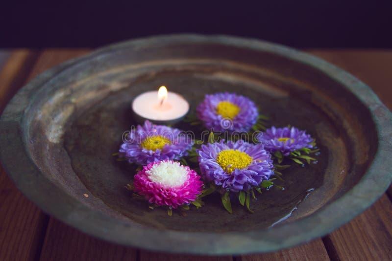 Download Klipp Blommor Och Stearinljuset I Tappningbunke Fotografering för Bildbyråer - Bild av meddelande, brunnsort: 27276667
