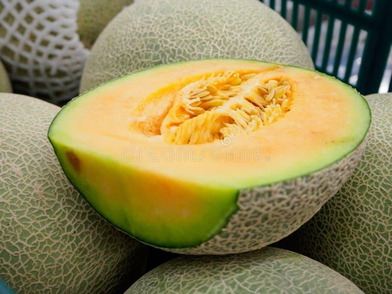 Klipp cantaloupmelon på frukthögen arkivfoton