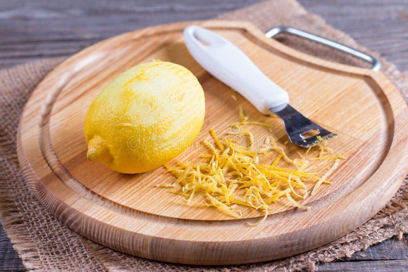 Klipp citronen och piff på träbrädet, closeup royaltyfri foto