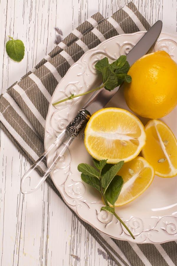 Klipp citroner och mintkaramellkvistar arkivfoton