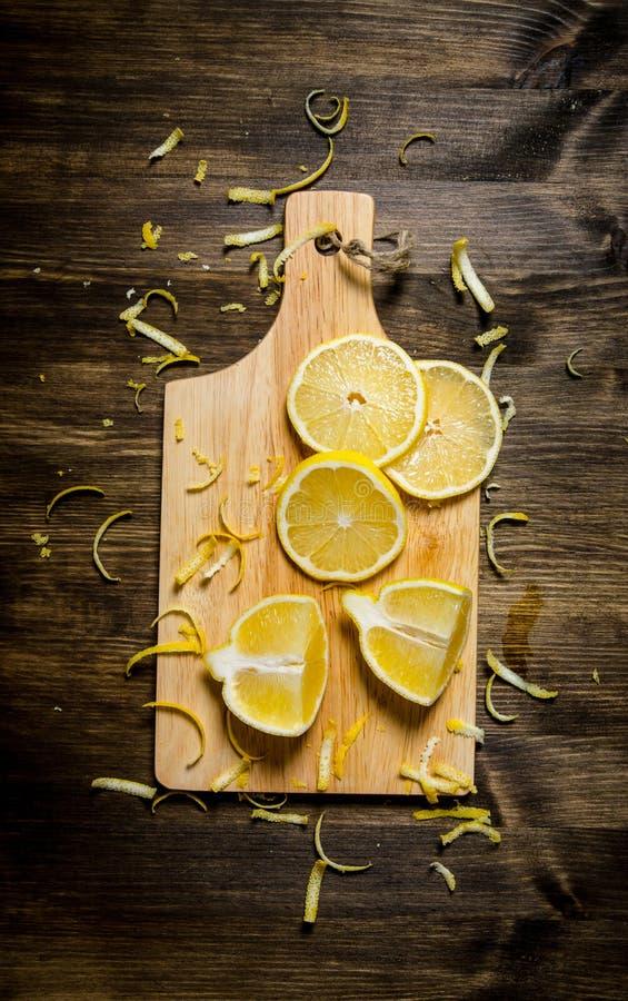 Klipp citronpiffen på brädet trägrund tabell för djupfält arkivbild
