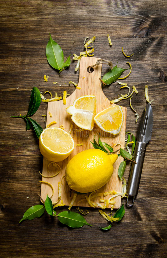 Klipp citronpiffen på brädet trägrund tabell för djupfält arkivfoton