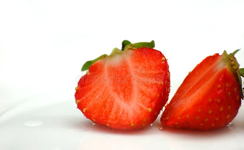 klipp den deliciously half röda jordgubben royaltyfria bilder