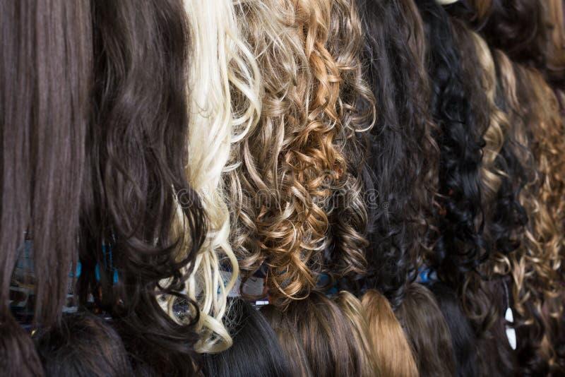 Klipp-in den Haarerweiterungen im Perückenshop stockbild