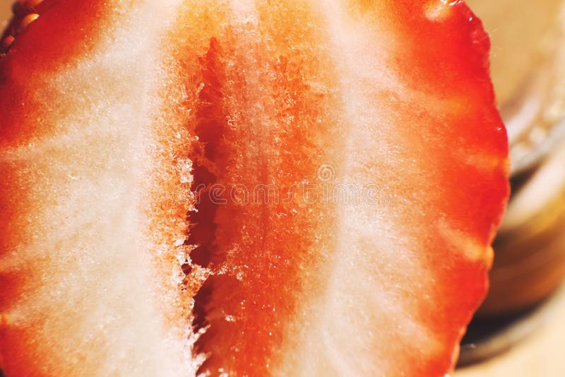 klipp den half jordgubben Jordgubbek?rna fotografering för bildbyråer