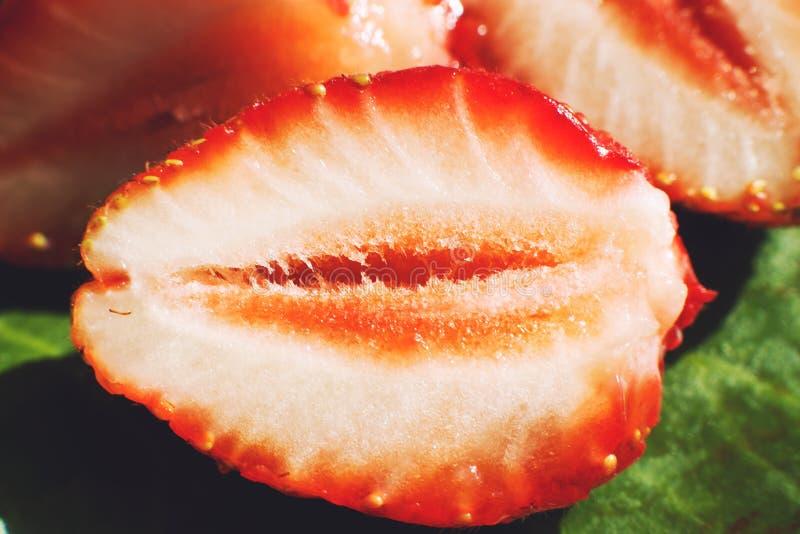 klipp den half jordgubben Jordgubbek?rna arkivbild
