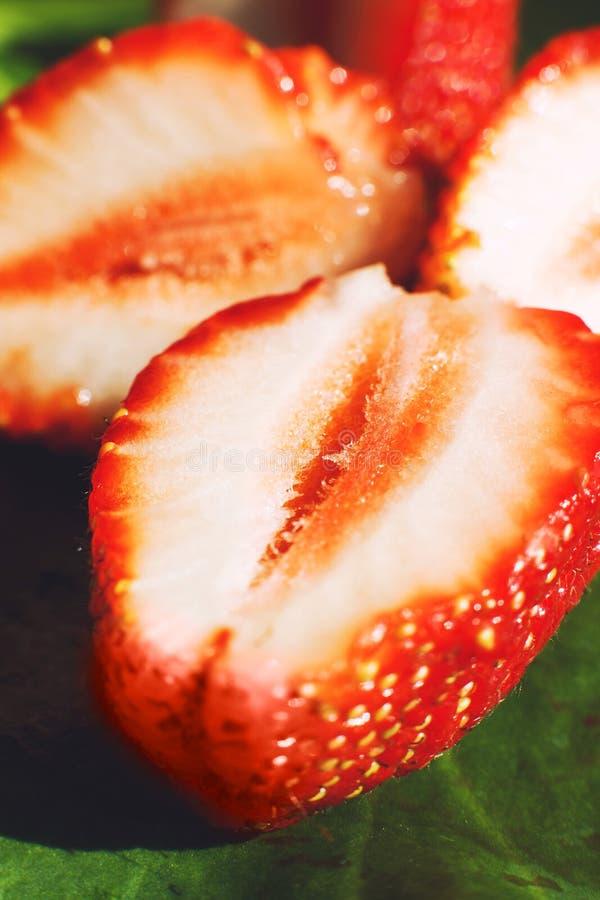 klipp den half jordgubben Jordgubbek?rna arkivbilder
