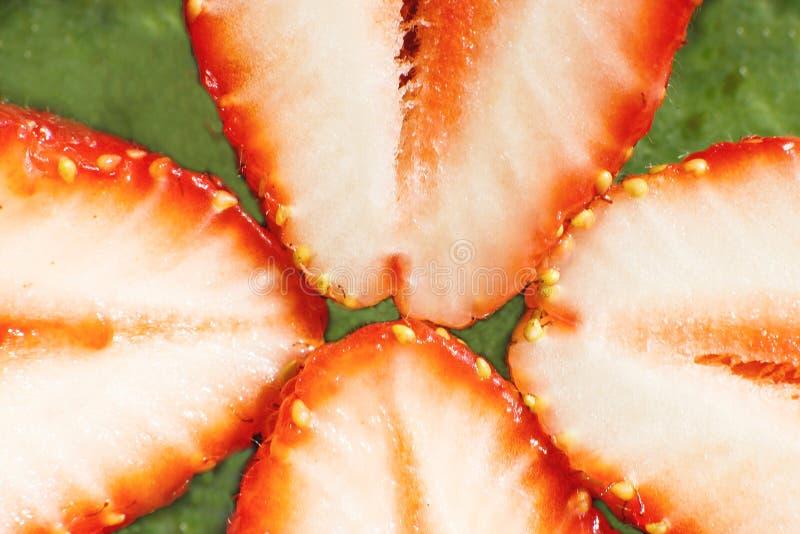 klipp den half jordgubben Jordgubbek?rna royaltyfri bild