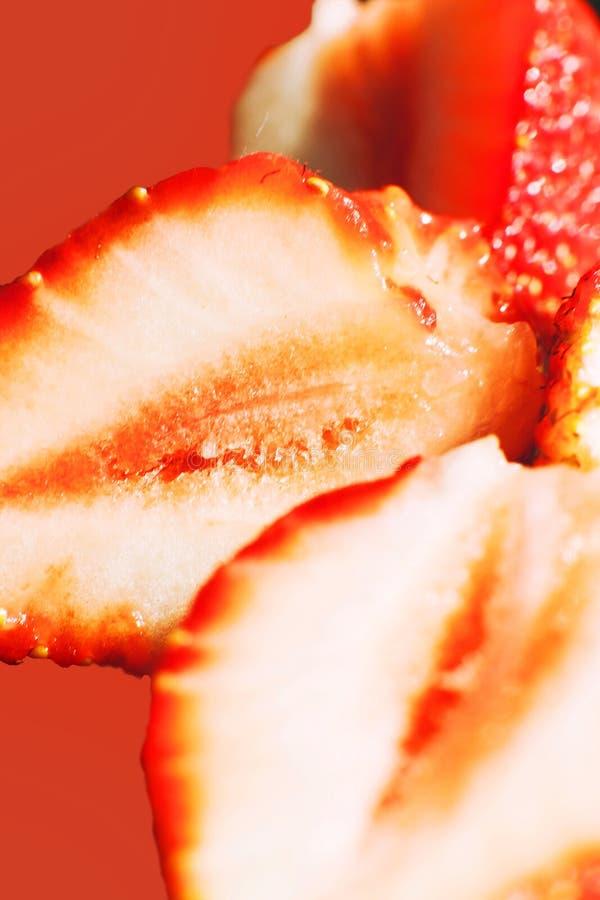 klipp den half jordgubben Jordgubbek?rna royaltyfri foto