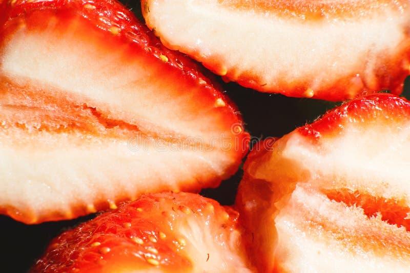 klipp den half jordgubben Jordgubbek?rna royaltyfri fotografi