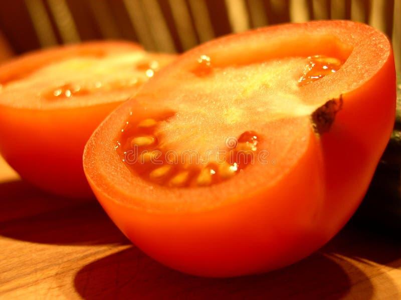 klipp den half tomaten arkivfoto