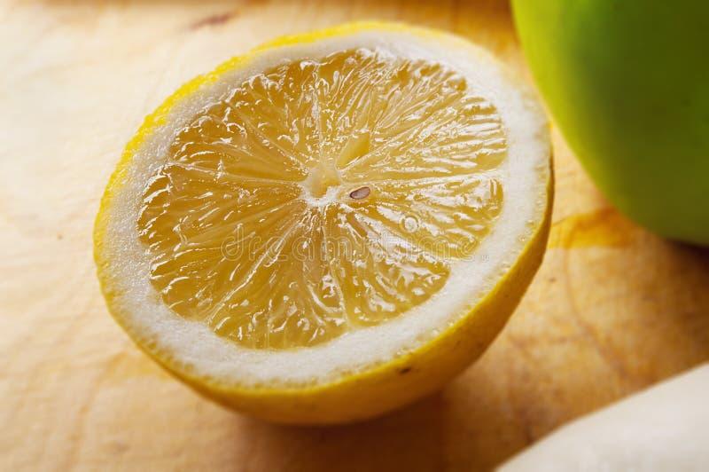 Klipp en citron på gammalt bräde fotografering för bildbyråer