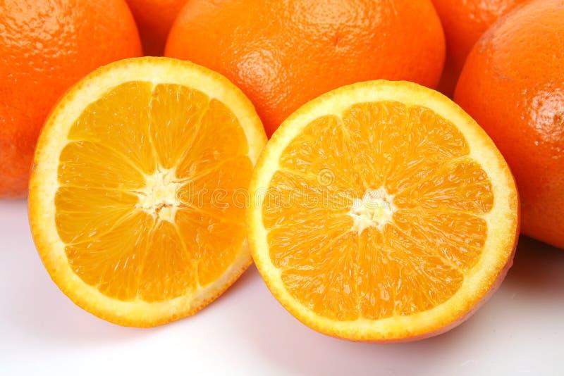 klipp half apelsiner arkivfoto