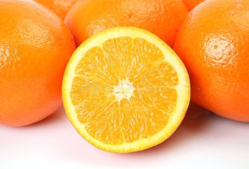 klipp half apelsiner arkivbild