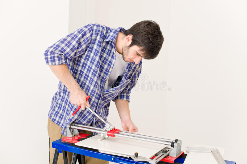 klipp handymanhemförbättringtegelplattan royaltyfria foton