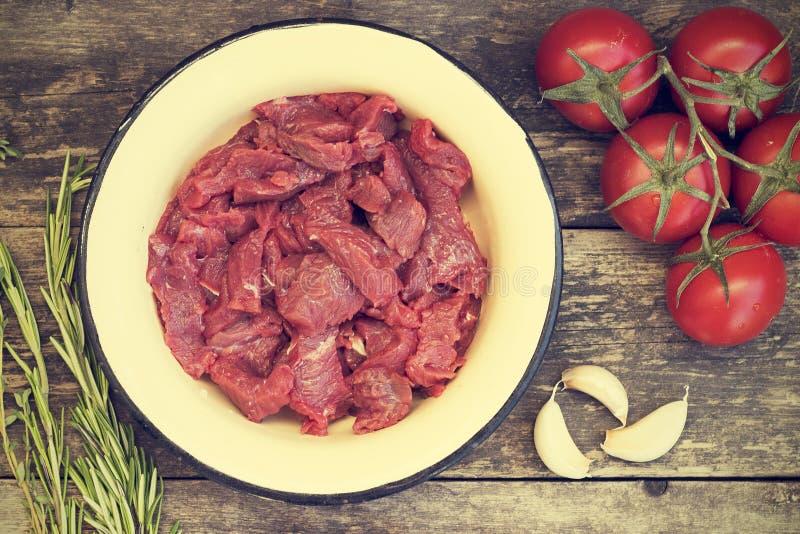 Klipp in i stycken av nötköttkött royaltyfria foton