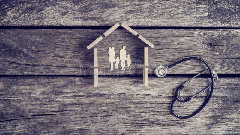 Klipp outs av en familj med ungar i ett hus med en stetoskop royaltyfri fotografi