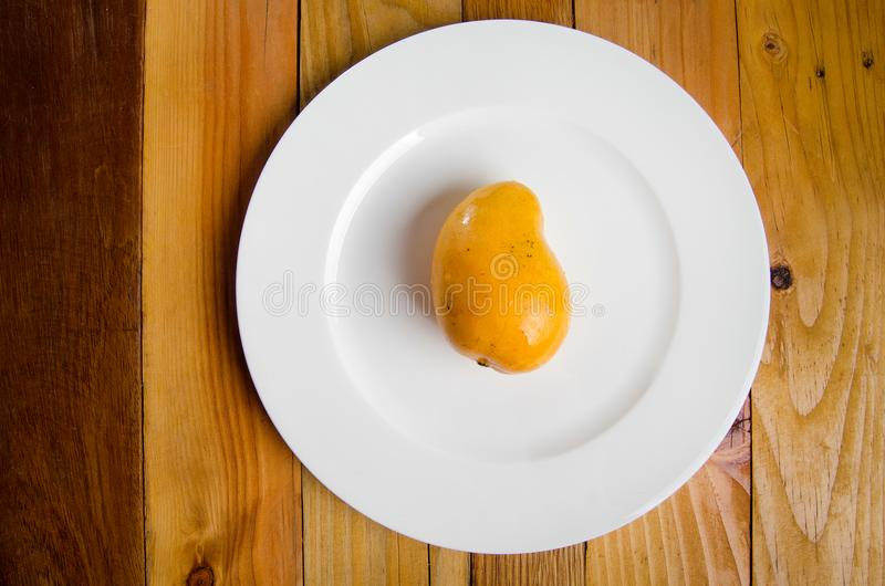 klipp skivade kvinnan för fruktfruktmango uppvisningen arkivfoto