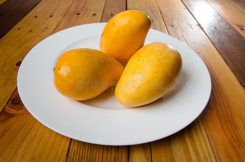 klipp skivade kvinnan för fruktfruktmango uppvisningen arkivbild
