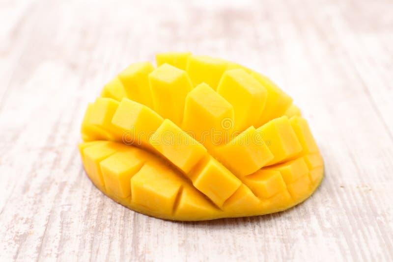 klipp skivade kvinnan för fruktfruktmango uppvisningen royaltyfri fotografi