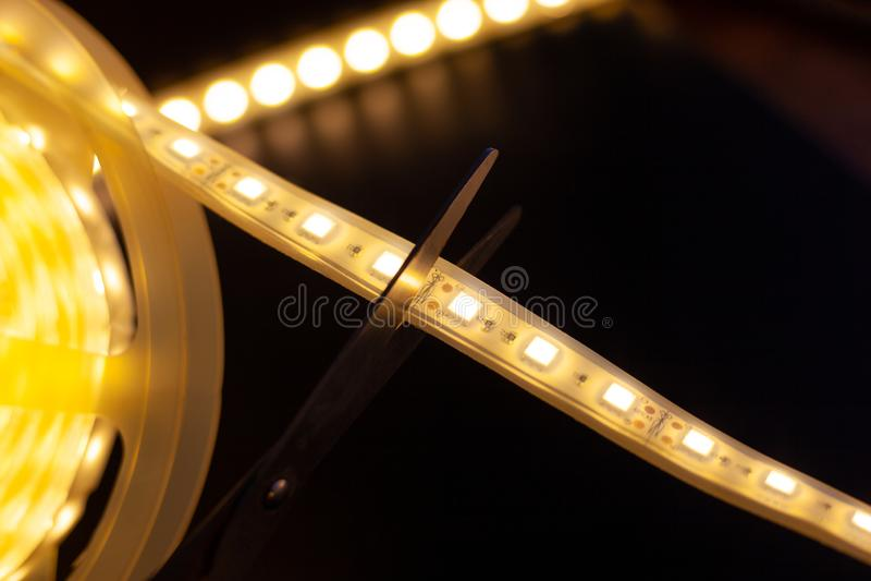 Klippa av överskott stycken av LED remsan arkivfoto