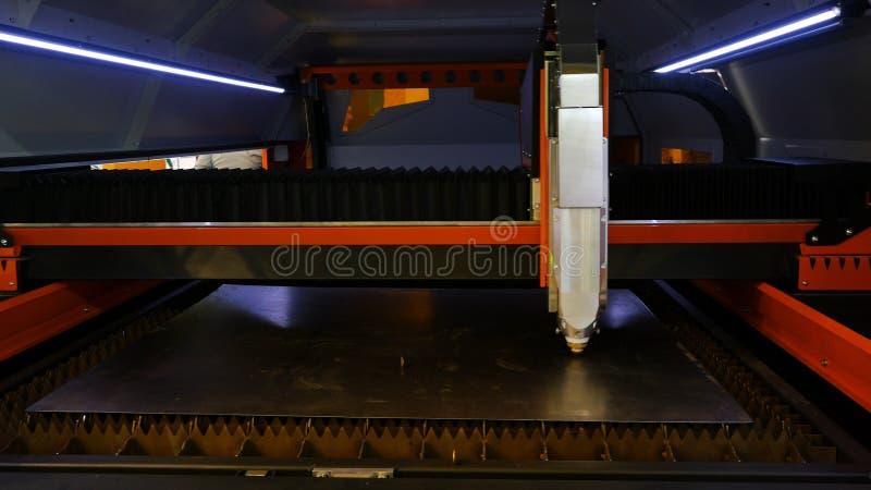 Klippa av metall medel Gnistafluga fr?n laser Cnc-laser-klipp av metall, modern industriell teknologi royaltyfria foton