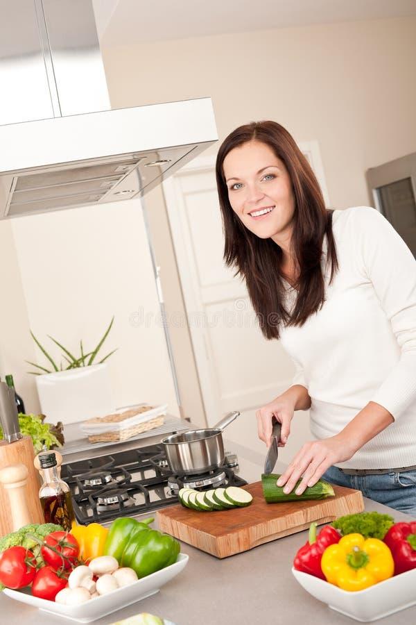 klippa den lyckliga kökkvinnazucchinien arkivfoto
