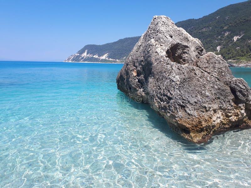 Klippa för ‹för †för havsi Agios Nikitas fotografering för bildbyråer