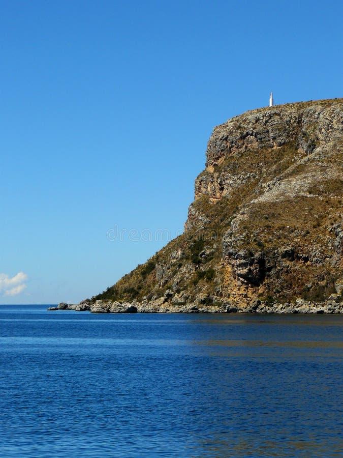 Klippa från en ö nära en sjö royaltyfri fotografi