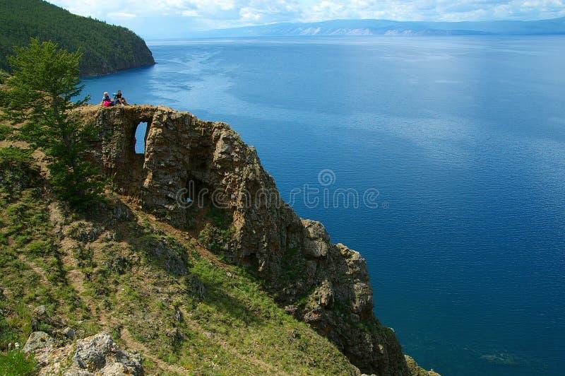 Klippa med hålet, Baikal royaltyfri foto
