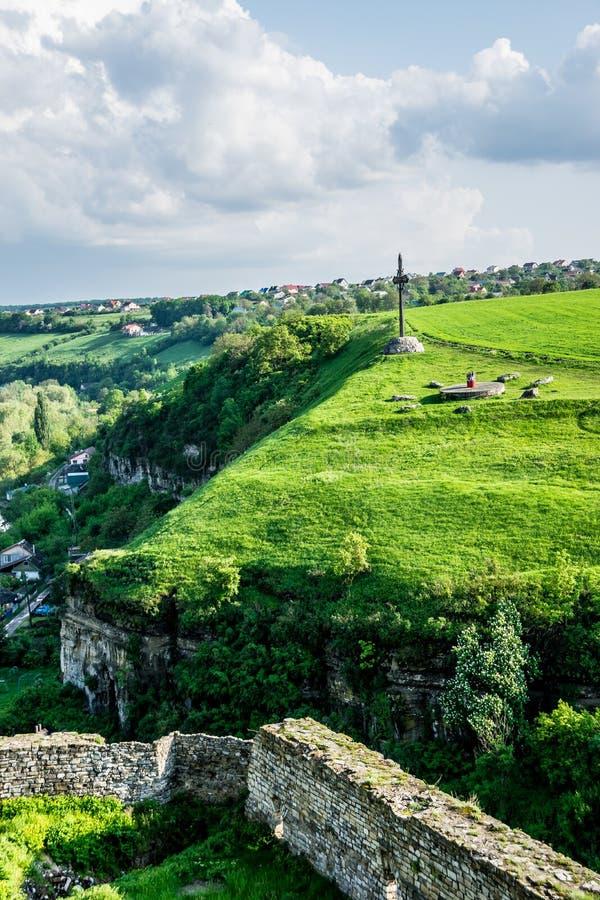 Klippa och kors på grönt fält arkivfoton