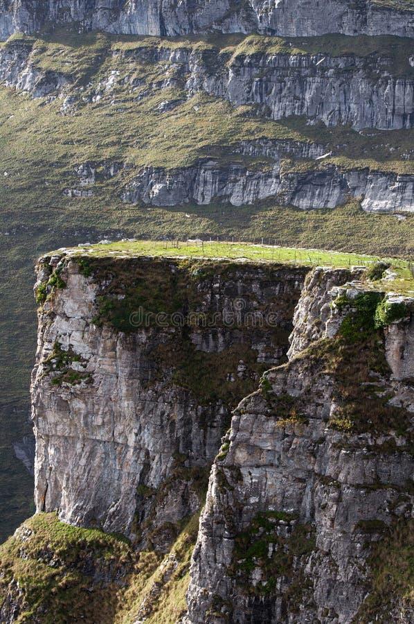 Klippa och rockvägg i bergen royaltyfria bilder