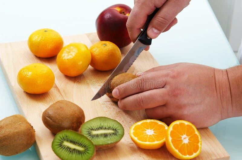 klippa olika frukter arkivfoton