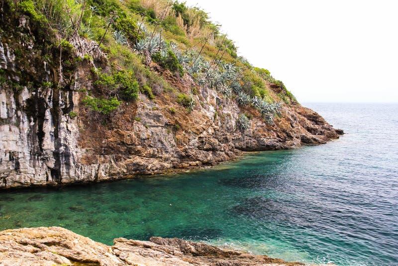 Klippa på det fantastiska havet fotografering för bildbyråer