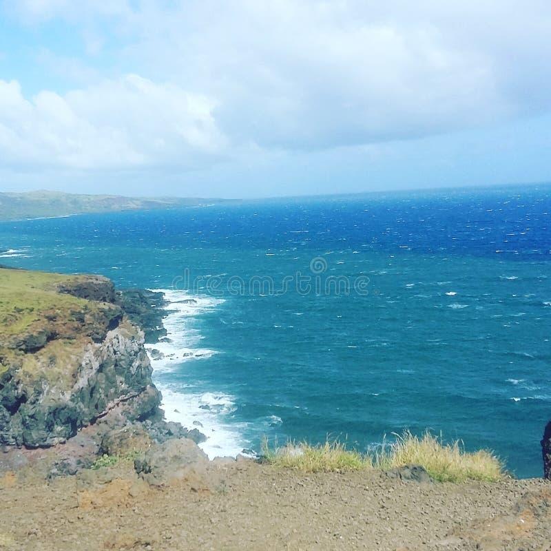 Klippa som förbiser havet royaltyfri bild