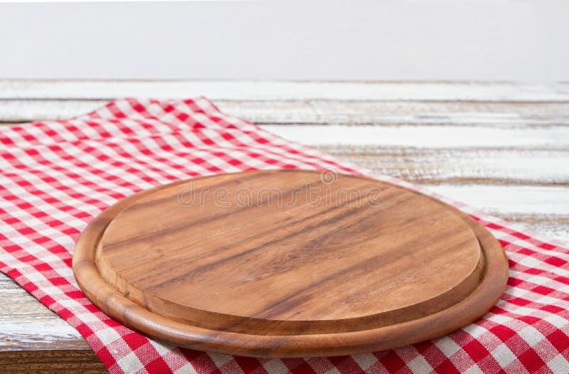Klippa upp skrivbordet på bordduk, trätabell som är falsk, matdrinkar, selektiv fokus arkivbild