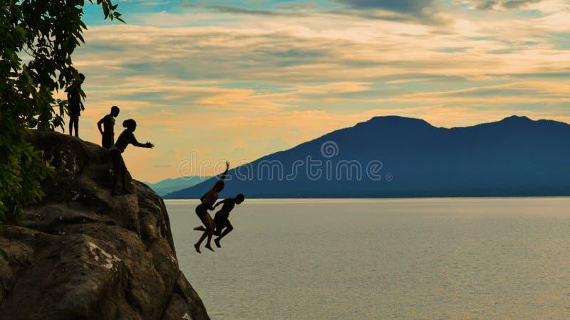 Klippadykning på den Kande stranden, Nkhata fjärd, sjö Malawi, Malawi royaltyfri bild