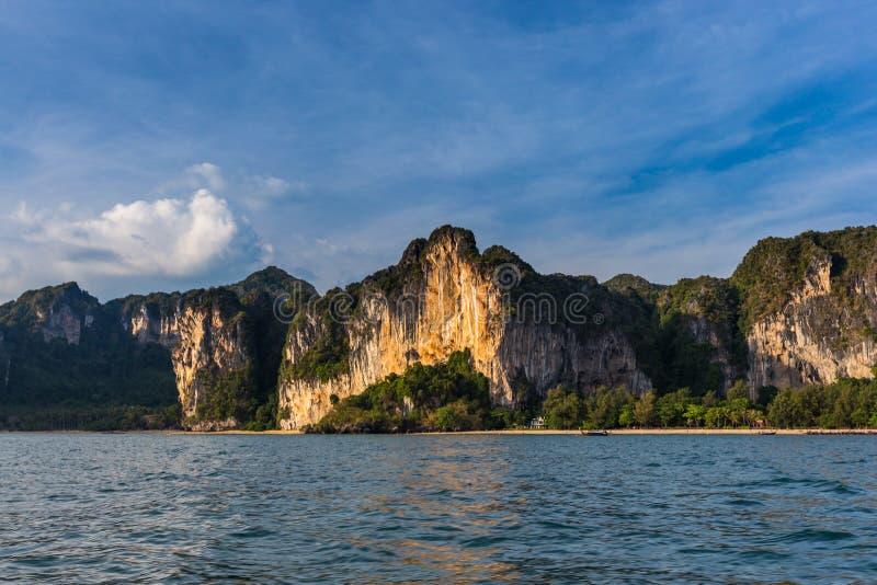 Klippan och kustlinjen i Railay sätter på land, Krabi, Thailand på solnedgången royaltyfria foton
