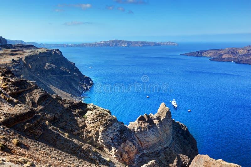 Klippan och vaggar av den Santorini ön, Grekland Sikt på Caldera royaltyfri fotografi