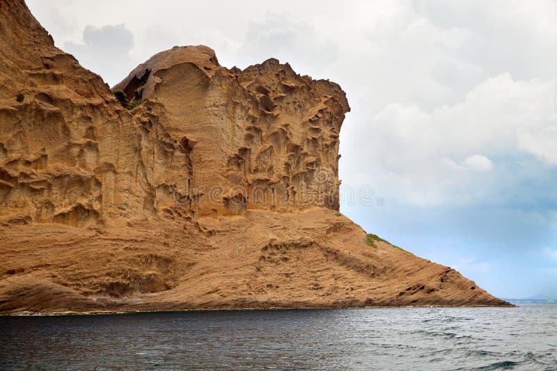 Klippan på kust arkivfoto